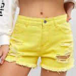 Short amarelo com detalhes