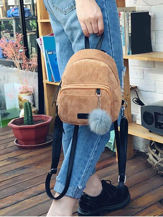 Mini mochila marrom com bola de pelucia
