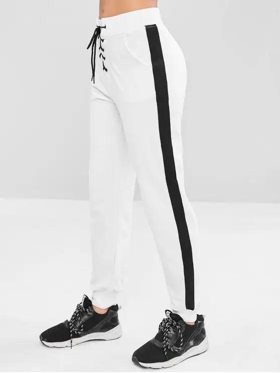 Calça branca com listra preta