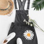 Jardineira jeans com girassol